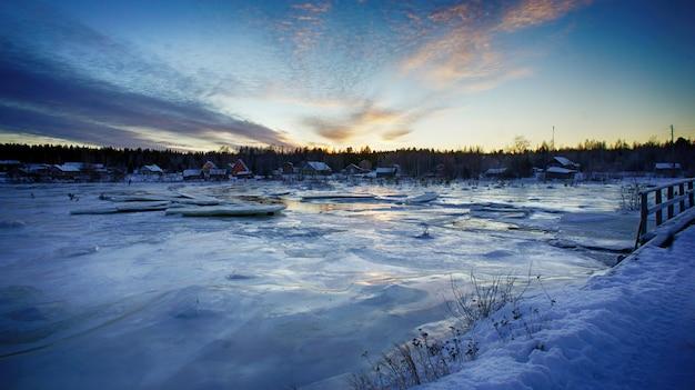 Foto van het oude dorp van karelië in de winter