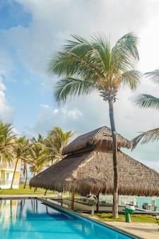 Foto van het recreatiegebied van het hotel. foto van het hotelzwembad. vakantie- en reisconcept