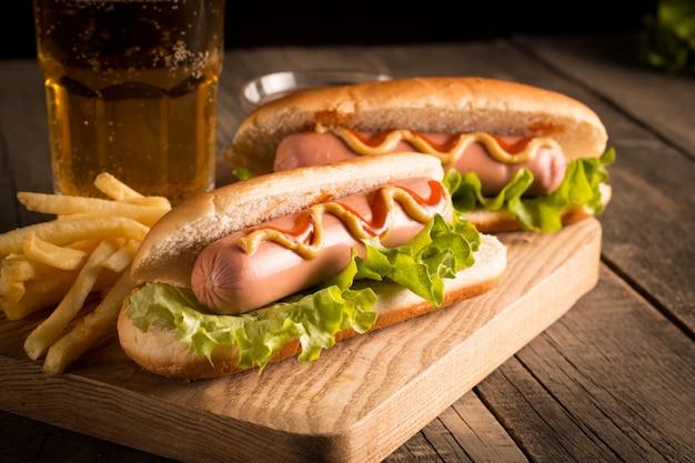 Foto van hotdog met gele mosterd en ketchup.