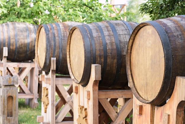 Foto van houten wijnvaten
