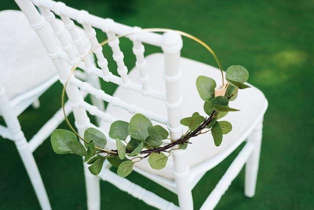 Foto van huwelijks witte stoel met kroon