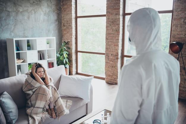 Foto van jonge geduldige dame houdt hoofd zieke blik man doc bezoek help