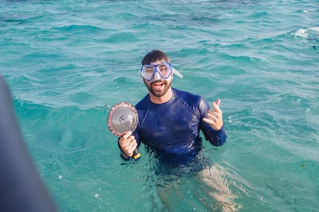 Foto van jonge jongen op vakantie met zwembril in de zee. man op vakantie genietend van de oceaan
