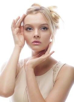 Foto van jonge mooie vrouw met blond haar dat op wit wordt geïsoleerd