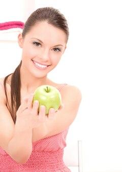 Foto van jonge mooie vrouw met groene appel