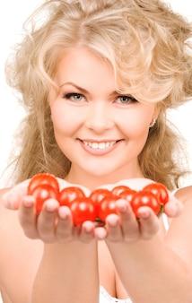 Foto van jonge mooie vrouw met rijpe tomaten