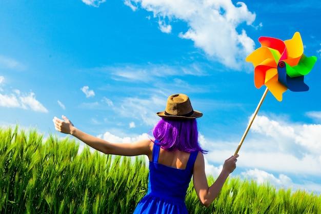 Foto van jonge mooie vrouw met vuurrad in het veld