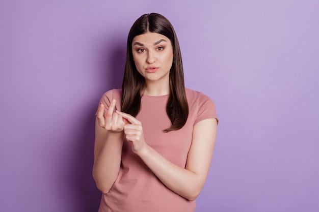 Foto van jonge mooie vrouw ongelukkig boos boos gek aanstootgevende telling geïsoleerd over violette kleur achtergrond