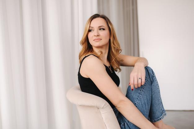 Foto van jonge vrouw in studio.
