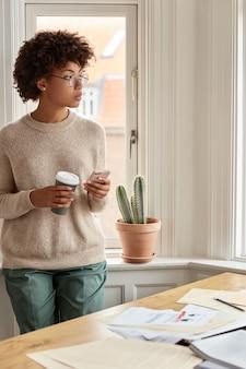 Foto van jonge vrouw thuis werken