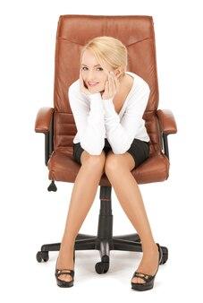 Foto van jonge zakenvrouw zittend in een stoel