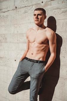 Foto van knappe shirtless man voor een muur