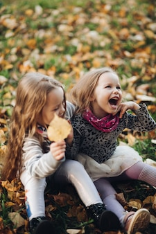 Foto van knappe sitres die van elkaar houden en een wandeling maken naar het herfstpark