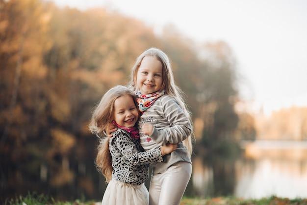 Foto van knappe sitres die van elkaar houden en een wandeling maken naar het park