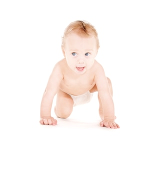 Foto van kruipende babyjongen in luier over wit