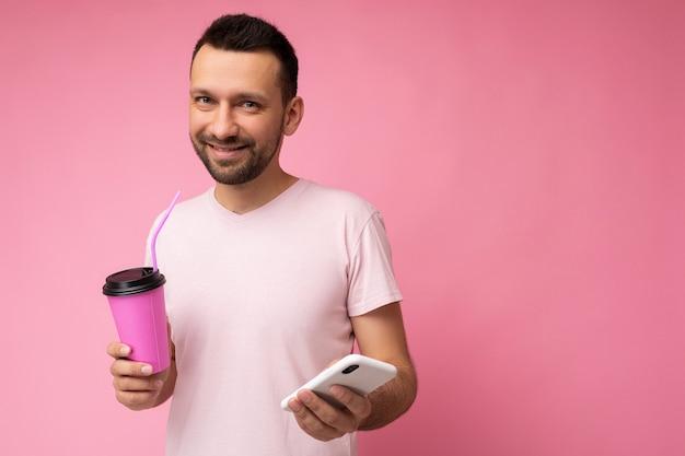 Foto van lachende gelukkig knappe jonge ongeschoren brunette man met baard dragen dagelijks lichtroze t