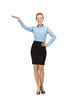 Foto van lachende stewardess die richting wijst