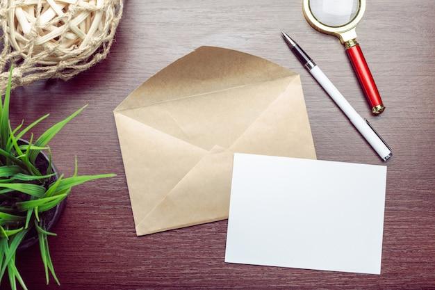 Foto van lege envelop op een houten achtergrond