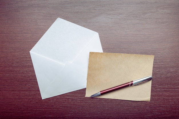 Foto van lege envelop op een houten oppervlak