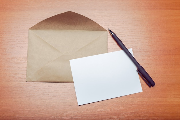 Foto van lege envelop op houten