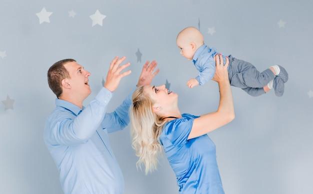 Foto van mama en papa spelen met de baby die het overgeeft