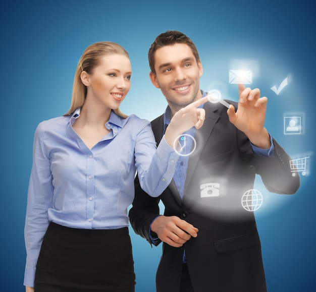 Foto van man en vrouw aan het werk met virtueel scherm