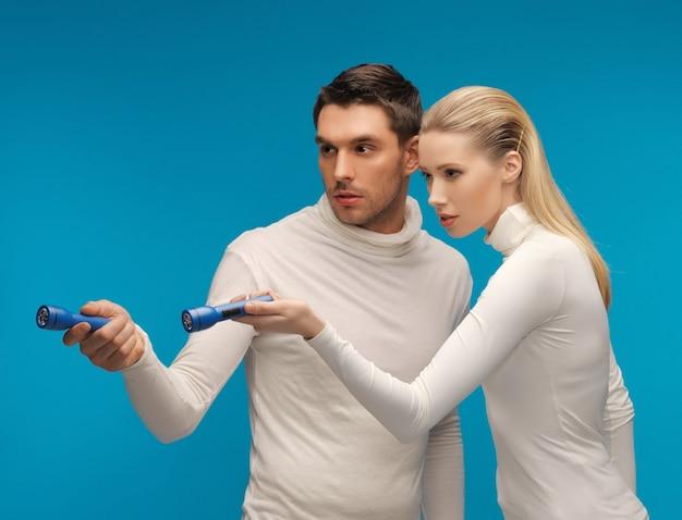Foto van man en vrouw met zaklampen