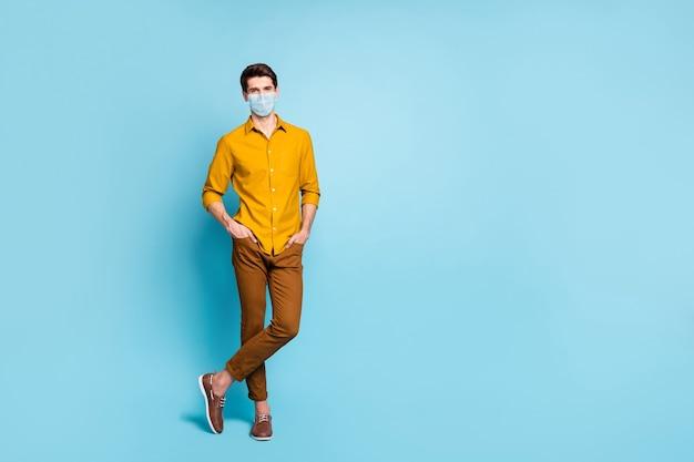 Foto van man met veiligheidsmasker stop besmetting met rookkanaal, houd sociale afstand
