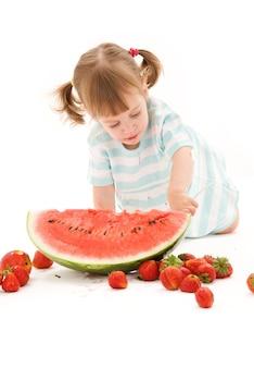 Foto van meisje met aardbei en watermeloen