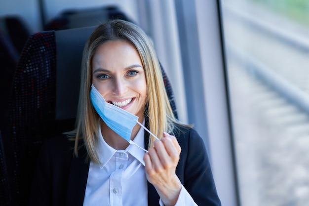 Foto van metro forens vrouw in masker op het openbaar vervoer.