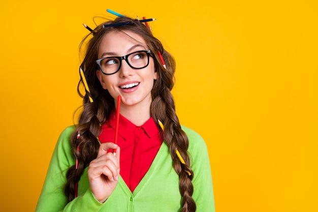 Foto van minded nerd meisje ziet er lege ruimte uit, denk draag groen shirt geïsoleerde felle kleur achtergrond