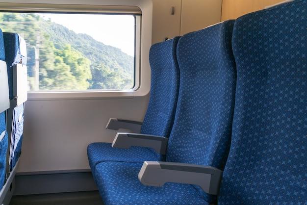 Foto van mobiele telefoon op vensterbank in een moderne comfortabele trein