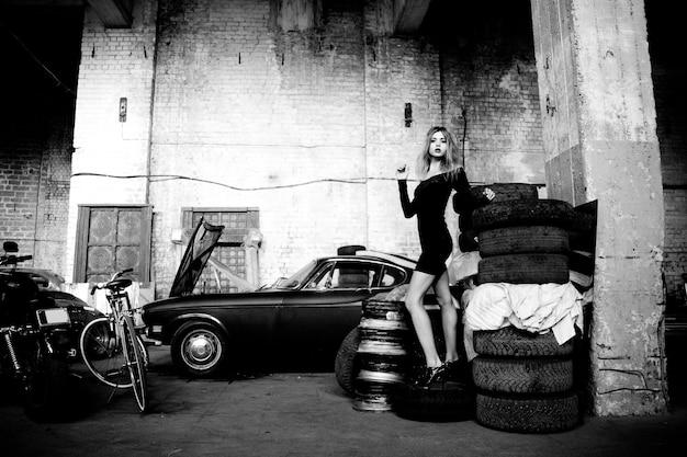 Foto van modieuze vrouw in retro garage