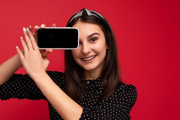 Foto van mooi lachend meisje knap gekleed casual stijlvolle outfit staan