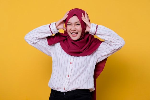 Foto van mooie aziatische vrouw die hijab draagt schreeuwde aanraking haar hoofduitdrukking
