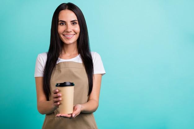 Foto van mooie charmante vrolijke schattige vrij aardige vrouw met papieren wegwerp kopje thee geven het aan u geïsoleerde groenblauw levendige kleuren achtergrond