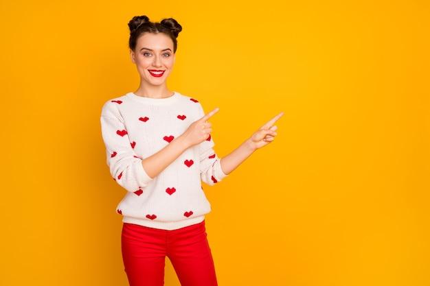 Foto van mooie cupido dame met lage verkoopprijzen wijzend op vingers lege ruimte liefhebbers dag kortingen dragen harten patroon witte trui