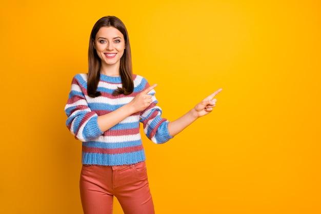 Foto van mooie dame die vinger het lege ruimte adviseren aangeeft