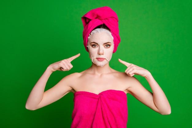 Foto van mooie dame directe vingers zelf laten zien hoe maskers dragen handdoeken lichaamshoofd geïsoleerde groene kleur achtergrond