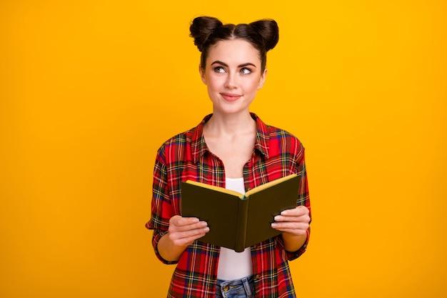 Foto van mooie dame lees interessant verhaal kijk lege ruimte denk