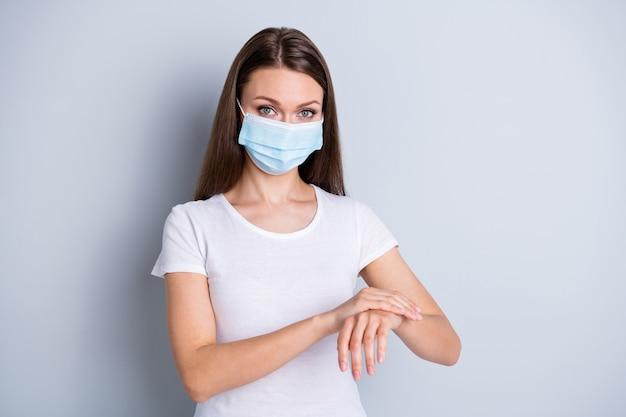 Foto van mooie dame social distancing contact met smerende handen antiseptische desinfectiegel