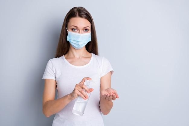 Foto van mooie dame vermijd mensen die contact opnemen met antiseptische grote fleszeep