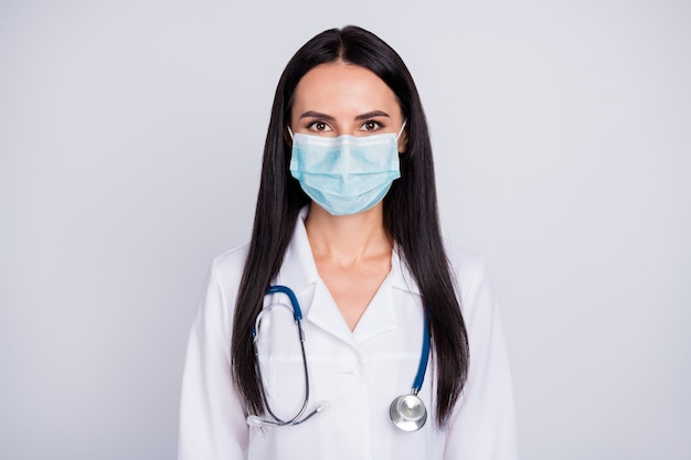 Foto van mooie doc dame draag beschermingsmasker op grijze muur