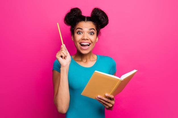 Foto van mooie donkere dame die de planner van de potloodgreep verhoogt, heeft een slim idee