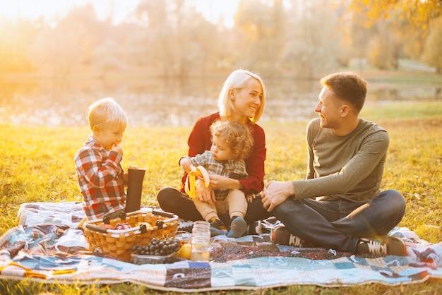 Foto van mooie familie, weekendpicknick, glimlachend en samen genietend van tijd