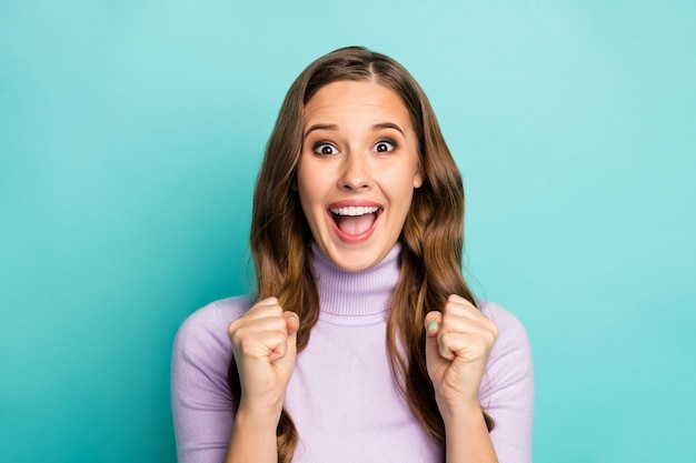 Foto van mooie grappige dame hand in hand vuisten opgeheven schreeuwen luid ondersteunend favoriete sportteam competitie slijtage paarse trui geïsoleerd groenblauw blauw pastelkleur