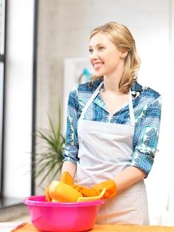Foto van mooie huisvrouw afwas in de keuken ..