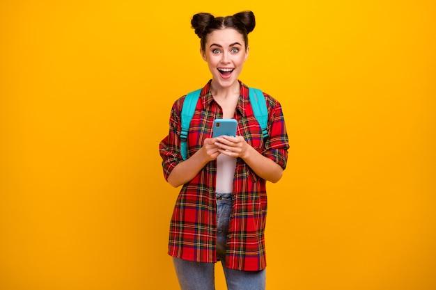 Foto van mooie opgewonden dame telefoon open mond houden