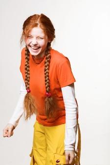 Foto van mooie roodharige meisje met lange vlechten