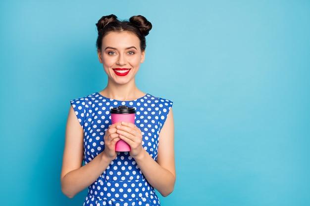 Foto van mooie vrij aantrekkelijke dame die hete meeneemdocument koffiekop houdt